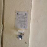 A început montarea dispozitivelor cu soluții dezinfectante în Abrud! Se vor monta în toate scările din oraș